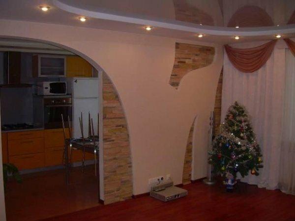 Полукруглая арка в гостиной