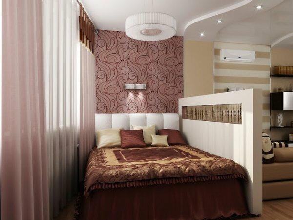 Прямоугольная перегородка, отделяющая гостиную от спальни