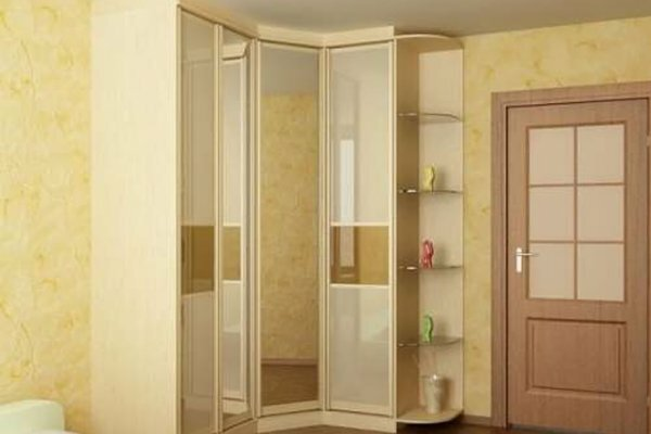 Двери шкафа-купе могут быть композиционными: одна зеркальная, а другие матовые