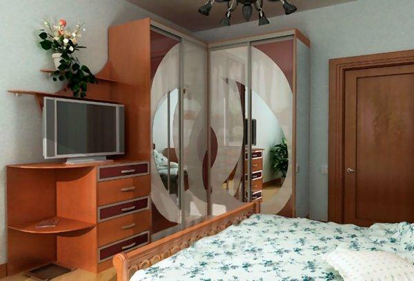 Угловой шкаф может быть с дополнительной тумбой для телевизора