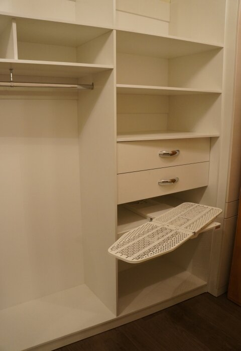 В этом шкафу предусмотрено место, куда можно спрятать гладильную доску