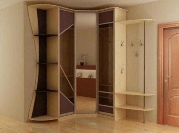 Иногда в спальне вешают верхнюю одежду, и для этого дизайнеры сделали сбоку шкафа дополнительные крючки