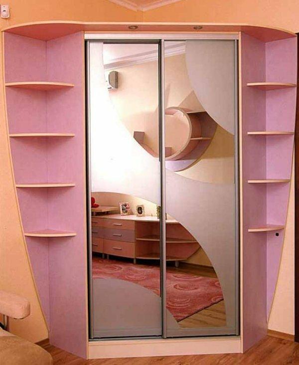 Розовый шкаф-купе очень гармонично смотрится с бежевыми стенами