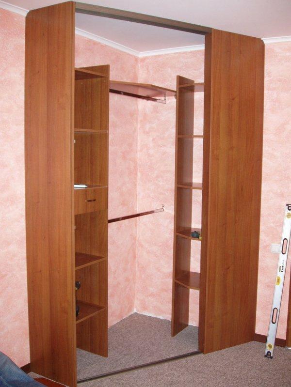 Иногда дизайнеры удивляют тем, что у шкафа может не быть пола и верхней крышки, это существенно снижает цену