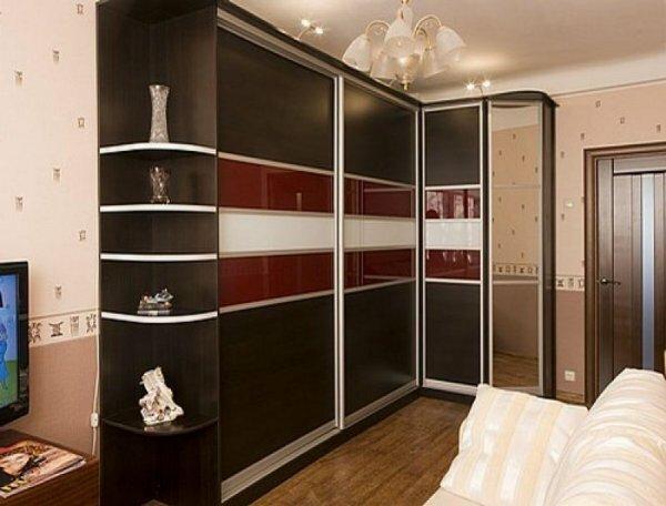 Уникальность такой мебели состоит в том, что дизайн дверей и положение зеркала можно выбрать самому