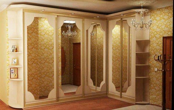 В спальню в венецианском стиле идеально впишется угловой шкаф-купе цвета слоновой кости с позолотой