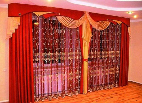 Шторы с ламбрекеном из вуали создают ощущение воздушности в комнате