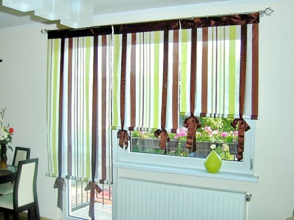 Удобные и практичные римские шторы в зал с балконом. Для удобства одну их часть крепят на двери, а остальную над окном
