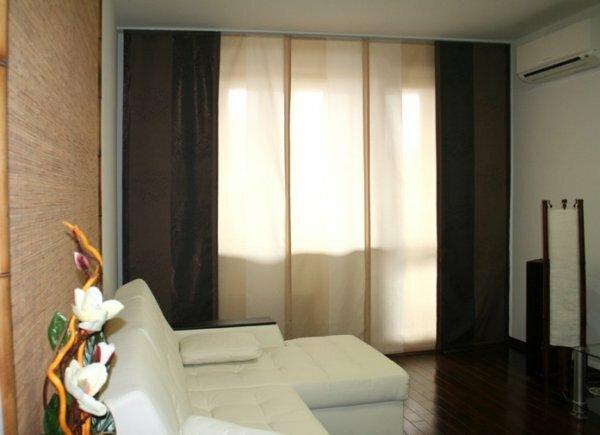 Внизу к шторам пришит специальный утяжелитель и при их открывании создается эффект роликовых дверей