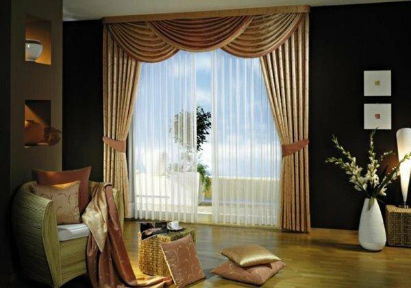 Стены выкрашены в темный цвет – тогда шторы лучше выбирать с золотым оттенком
