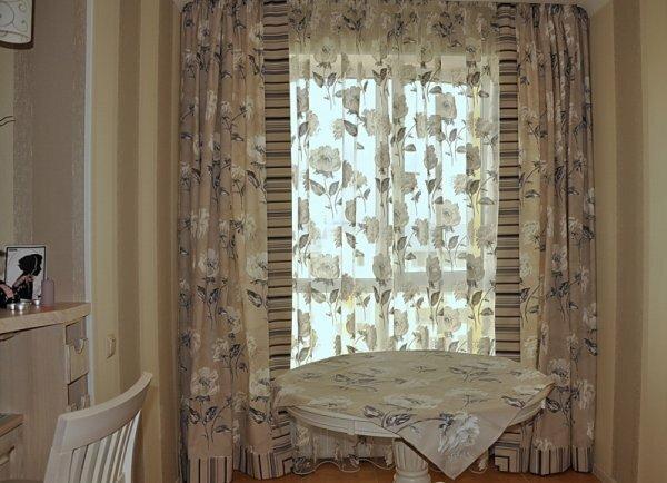 Классический пример сочетания рисунка на тюле с рисунком на шторах