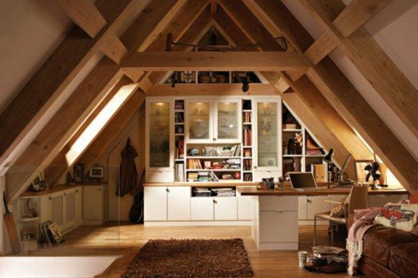 В мансарде можно сделать спальню, совмещенную с кабинетом