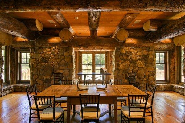 В строительстве деревянного дома очень часто используют камень