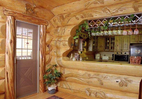 Любителям леса, безусловно, понравится резьба по дереву на стенах дома