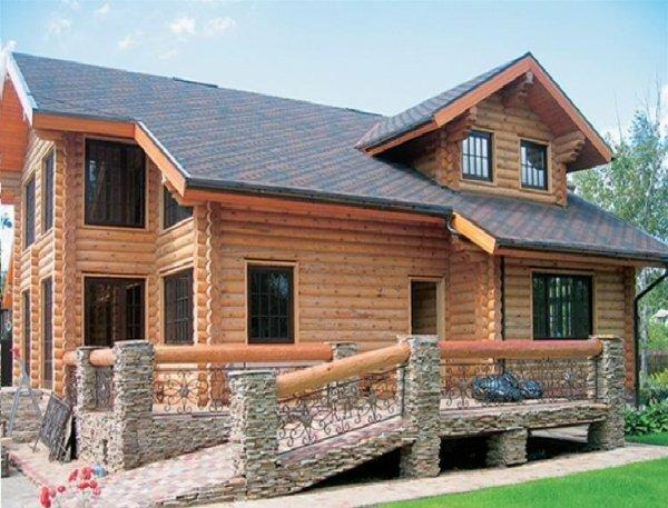 Деревянный дом с каменным пандусом