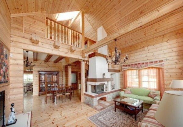 Удобное сочетание гостиной, столовой и кухни без использования дверей