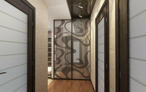 Чтоб угол в коридоре не казался пустым, можно встроить в него зеркальный шкаф-купе