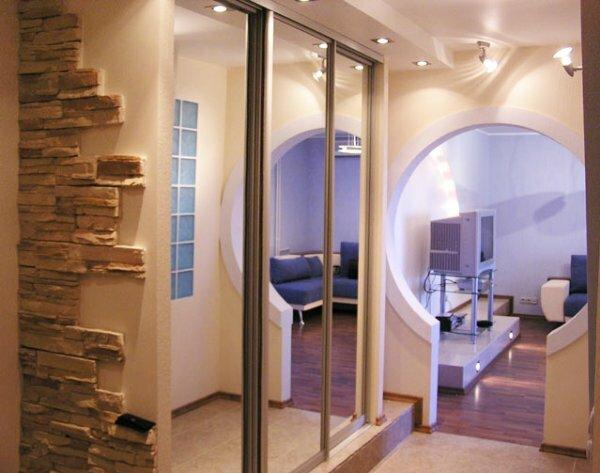 Арка, соединяющая коридор с комнатой круглой формы, будет смотреться очень необычно