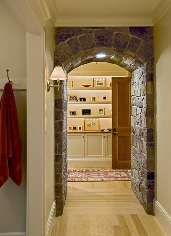 Оформив арку натуральным камнем, вы внесете в свой дом кусочек Средневековья