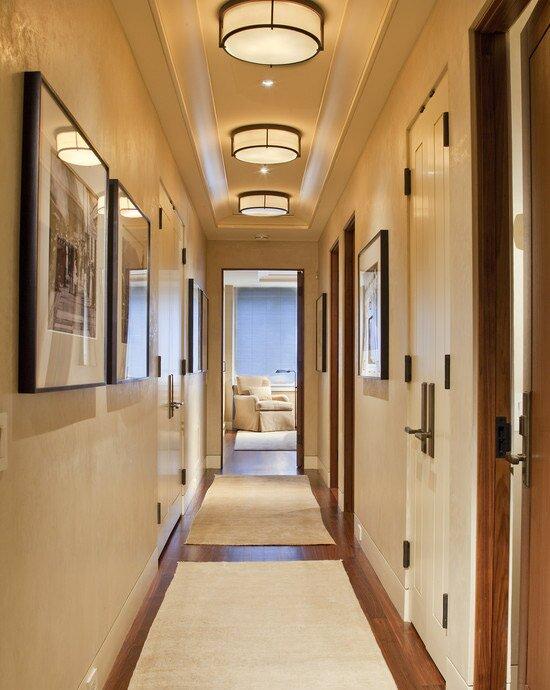 Длинные стены и потолки не приемлют пустоты, их обязательно нужно чем-то «закрыть»: мебелью, светильниками, картинами