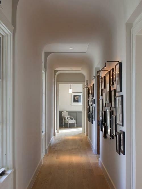 «Выставка» семейных фотографий – современное решение для коридора