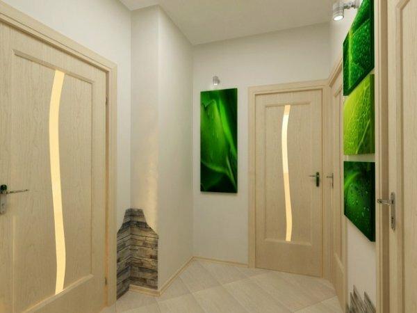 Светлые стены и яркие акценты в виде картин – идеальное решение для маленького коридора