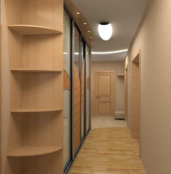 Встроенного шкафа-купе во всю стену вполне достаточно для меблировки узкого коридора