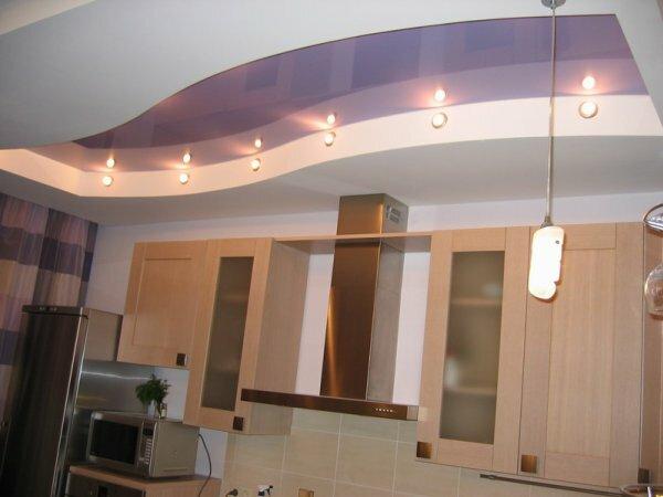 На глянцевой основе навесного потолка свет будет больше отражаться