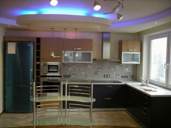 Из-за разноцветной светодиодной ленты потолок может постоянно менять свой оттенок