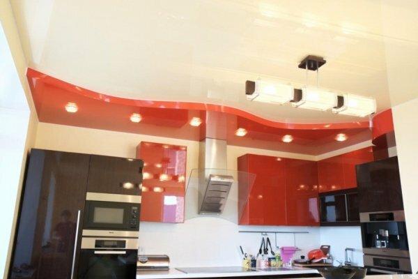 Цвет навесного потолка можно выбрать точно такой же, как и у встроенного кухонного гарнитура