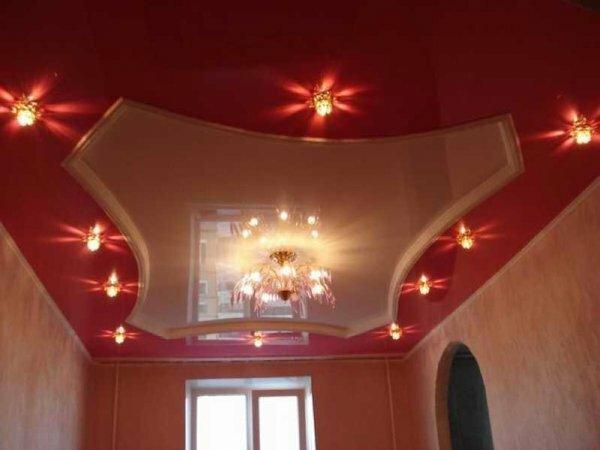 Популярный в прошлых сезонах красный цвет снова возвращается на потолки спален