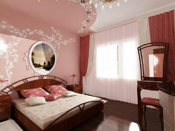 Плавно переходящий со стены на потолок нежный рисунок придаст комнате больше уюта
