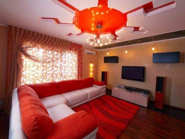 Оттенки мебельного гарнитура могут сочетаться с цветовой гаммой потолка